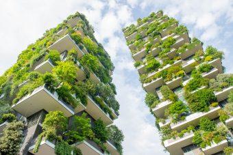 Naturaleza e innovación en un bosque vertical con ventanas de aluminio modernas